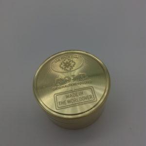 Złoty grinder metalowy o kształcie sztabki.